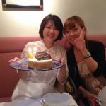 東京で岡本さん○○歳の誕生日祝いをしました。写真をUPで見る方へ。本当は年齢が左右逆らしいですよ。間違いということで。(笑)