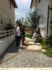 左から埴栽担当の山本さん、左官の田中さん、ボスの石丸さんと一緒に行ってきました。