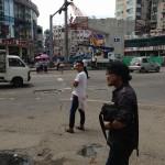 ミャンマーの首都ヤンゴンの市街地にて。とにかくこの日は暑かった。(>_<)ちなみに手前にいる人はミャンマー人ではありません。日本人です。(笑)