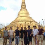 ヤンゴンで一番大きいパゴダ(寺院)。私とコビちゃんだけ民族衣装。