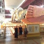 さすが仏教の国。お釈迦様の涅槃像もハンパね~。全長70m、高さ17mもあるんだとか。 みんな「デカッ」を連発!