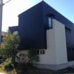 黒と白の家も凹凸をつけることで変化が生まれカッコいい家ができる。