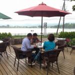 曇り空の山中湖畔で昼食。 松本社長と奥さんとケンちゃんと・・・