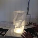 不織布でつくられた折り畳みができる照明です!