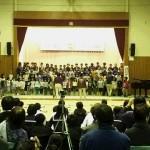 小学校の全校生徒の合唱