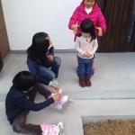 近所のお姉さんたちに遊んでもらってます。