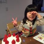 先日の節分の日。ケーキにご満悦の長女。