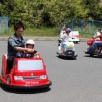 赤が好きな娘は赤の車に乗る!と。運転は必死です。