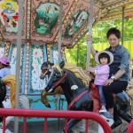 お馬さんに乗ると。娘の表情は硬いですが、楽しんでます。