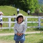 お馬さんを怖がる長女。