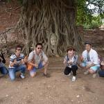 菩提樹の木に埋もれた仏像の頭。写真を撮るときは、仏像の頭より上に立ってはいけないそうです。