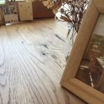 テーブルの天板は自然塗料を塗っています。ウレタンのようなテカりがないので、自然な風合いを楽しめます❤