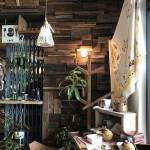 店舗入ってすぐ右の壁にはたくさんの木片が壁に装飾されていて目を惹きました