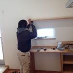 石黒大工は、飾り棚を取り付け中です!