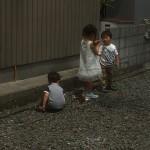 4人のお子さまのうちの3人。石を集めて仲良く遊んでる姿が和みました(*^_^*)