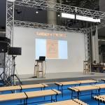 中央ステージではいろんなテーマのインテリアについての講義が開催されています。