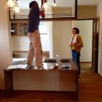 岩崎棟梁と美絵さんが飾り棚のチェックをしています!