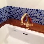 タイルのブルーのグラデーションとゴールドの水栓がかわいいです!