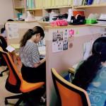 仕事を終わらせるためにみんな真剣に、真面目に、机に向かっています^_^