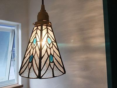 ブルーガラスの入ったデザイン照明がキレイです。
