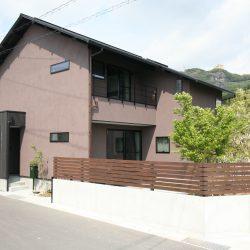 切妻屋根の外観は、チョコレート色の塗り壁で和風に仕上げました。