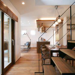 鉄階段と天然木と塗り壁で大人ナチュラルをデザインしました。