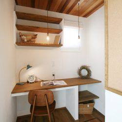 天井にアクセントの板を貼って遊び心をオーダープラス。天然木が多く、ナチュラルな雰囲気です。