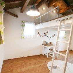 つながるロフトが楽しい子供部屋。天井の構造材を見せることで癒し効果抜群。木のあたたかみと楽しさ溢れる子供部屋です。