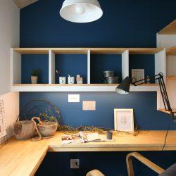 北欧スタイルの書斎。ネイビーと木と白と。北欧デザインの家具も添えて。