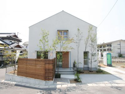 軒のない三角フォルムの外観がかわいい家。
