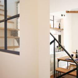 アイアン階段が空間を引き締めて、カッコ良さをプラス。