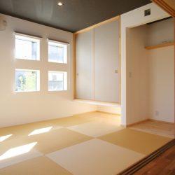 グレー系の色と明るい畳で綺麗な色味の和室。
