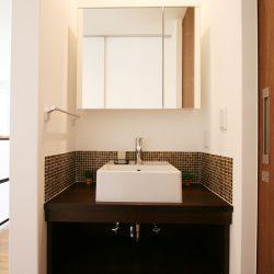 落ち着いた色味のタイルで大人スタイルの洗面台。