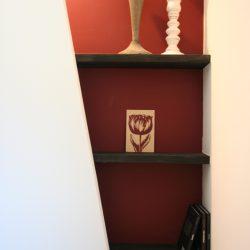 トイレのペーパー収納もオシャレに差し色のワインレッドでコーディネート。