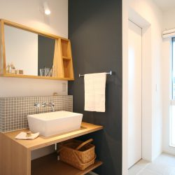 動きやすい水回りの家事動線。飽きのこないグレー系の洗面台はシンプル強めでちょっとかわいい北欧テイスト。