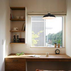 家族で使えるオーダーメイドのファミリーコーナー。四角い窓と緑々した眺め、デザイン照明が絵になる空間。