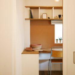 奥さま専用の半個室の家事室。コルクボードを貼って使い勝手も考慮して、温かみのある空間です。