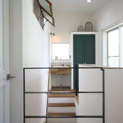 2階ホールには大人かわいい手洗い場を。白を基調に深いグリーンを差し色にオーダーメイドしました。