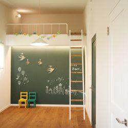 ドアの色に合わせて子供部屋の壁に深いグリーンのチョークボー^ドを施工しました。
