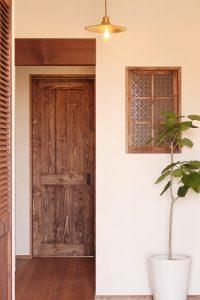 少し和風なオシャレな玄関に一つ添えた植物。自然のものは自然のお家に馴染みます。