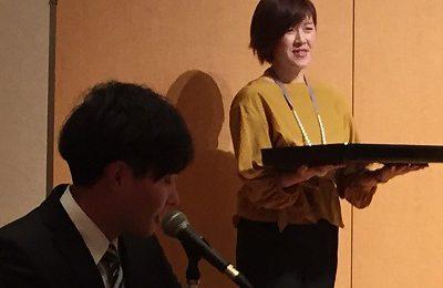 タイセイホームの忘年会で司会を務めた高橋とアシスタントの藤本。