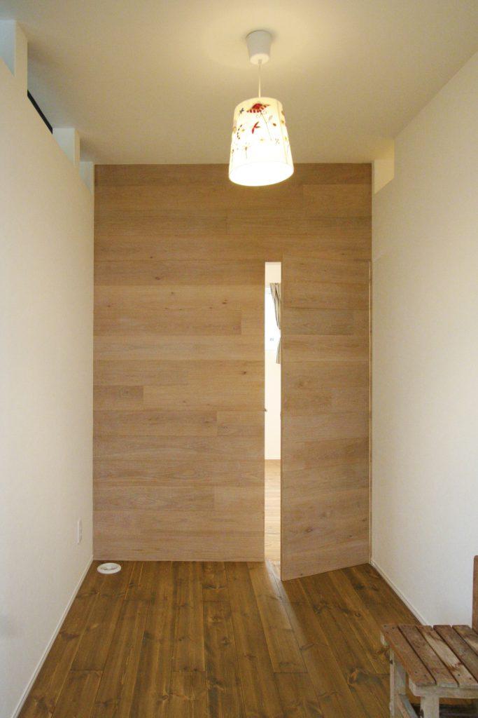 高知市宝町に完成した、今回の自然素材とオーダーメイドのお家は、人目を気にせず楽しめるプライデートテラスがある家。一階には、ご夫婦が営む優しい雰囲気の隠れサロンがあります。