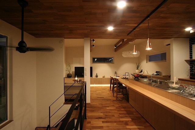 高知市朝倉に黒い外観のカッコいい新築住宅が完成しました。内装は大人な落ち着きのあるチーク材を使ったオヤジに似合うコーディネート。ちょっと高級なコンセプトと遊び心のある中庭のある家です。