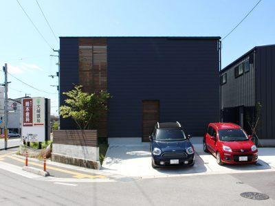 高知市朝倉のデザイン、高性能、自然素材でつくった中庭のある企画住宅が完成しました。タイセイホームが手掛けるコンセプトハウス第一弾です。黒い外観でオシャレな内装。カッコいいオヤジに似合う落ち着きのある内装コーディネートです。