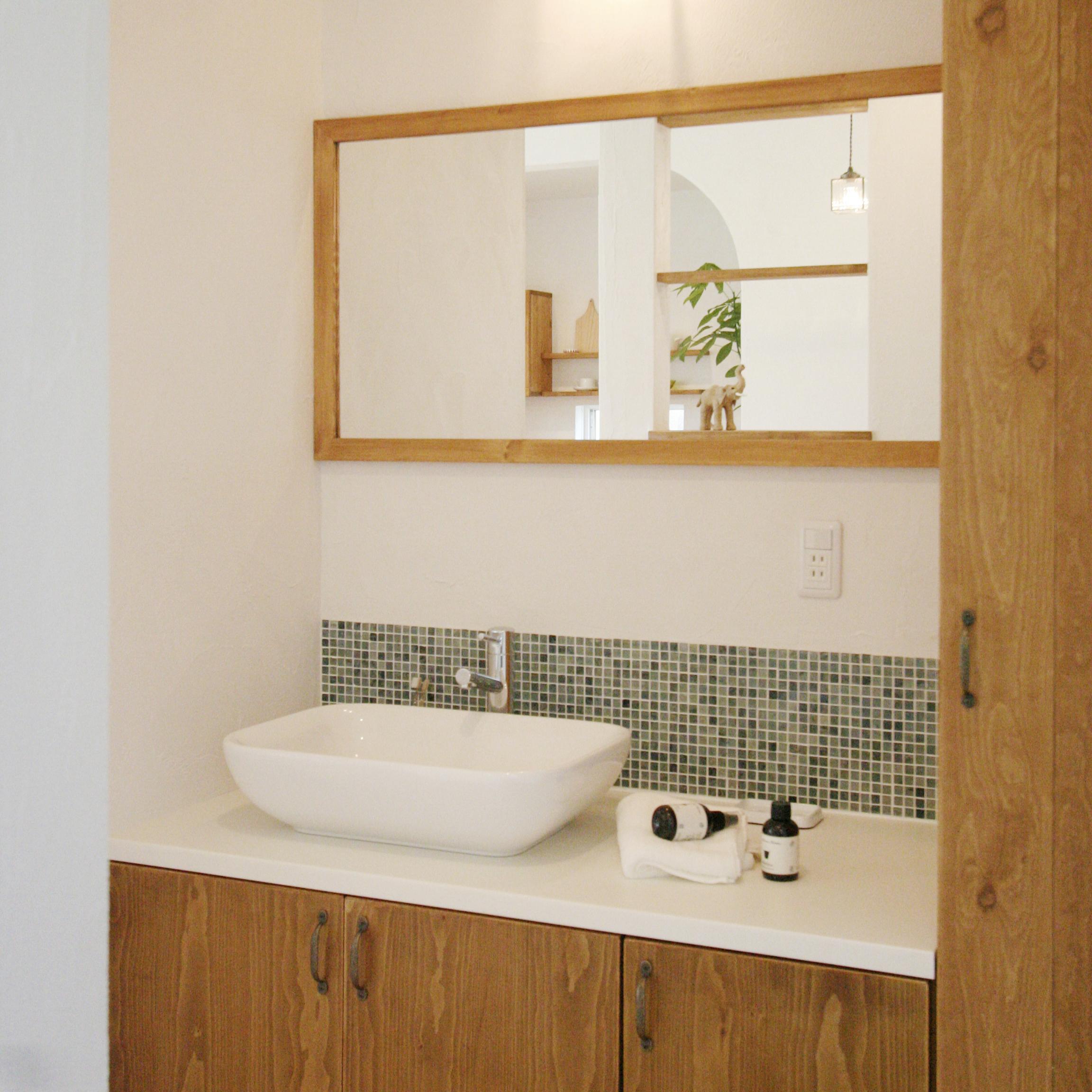 広々使える独立洗面台。2人並んで使用することができます。また、天板を白い人工大理石にしたことで、お手入れもラクラク♪