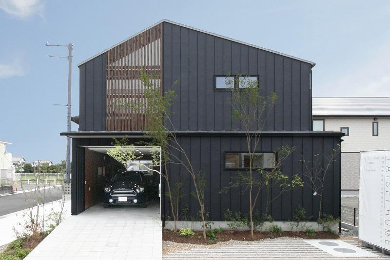 香南市野市町西野に完成したビルトインガレージと中庭のあるお家です。デザイン性が高く、ランニングコスト・メンテナンスコストがかかりにくい超高性能仕様の上に、自然素材を使った健康住宅です。
